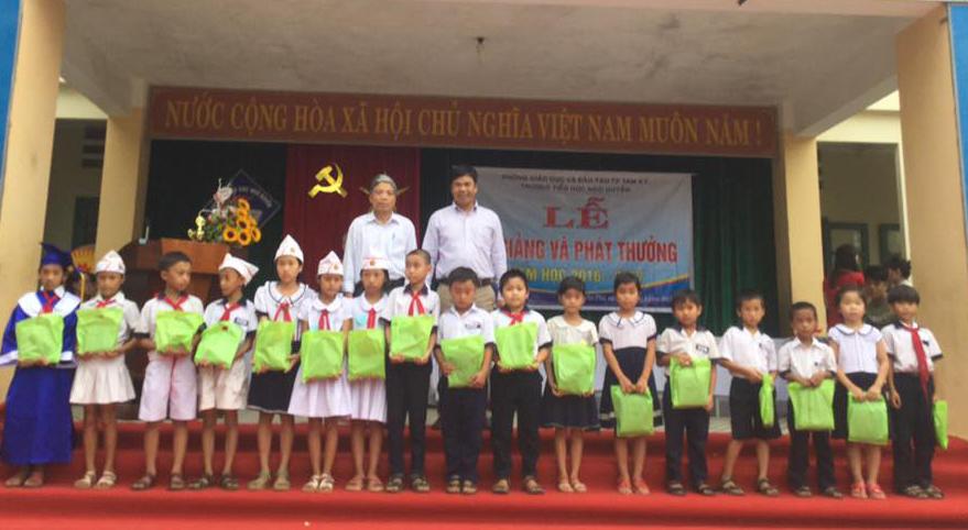 Trường Tiểu học Ngô Quyền trao quà cho học sinh nghèo vượt khó tại lễ bế giảng năm học 2016-2017.