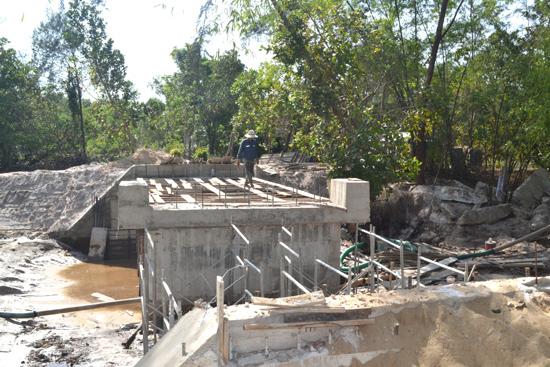 Cầu Châu Khê chụp chiều ngày 31.5, khi UBND xã Bình Sa chưa công bố kết quả đấu thầu. Ảnh: V.Q