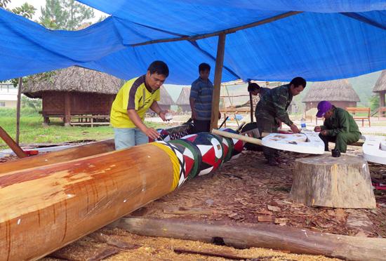 Cây nêu được làm từ thân cây gỗ chò lớn thể hiện sự cứng cáp và dẻo dai. Ảnh: BÌNH GIANG