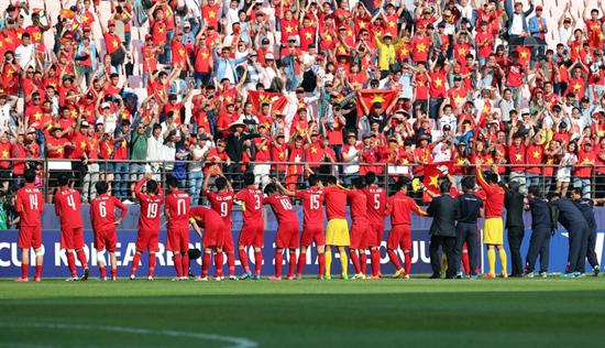 Ban huấn luyện và các cầu thủ U20 Việt Nam tri ân khán giả tại vòng chung kết World Cup. Ảnh: AN NHI
