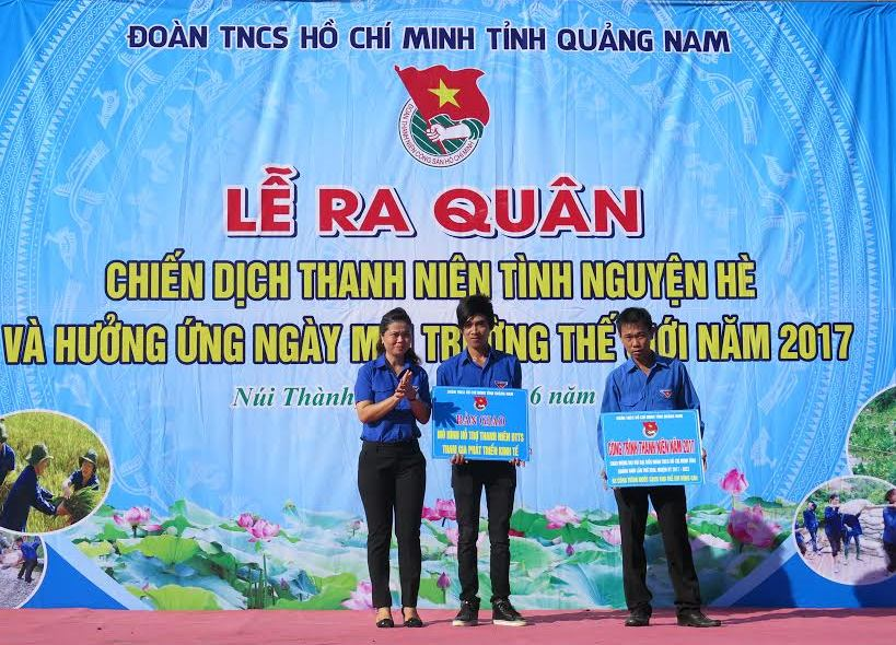 Bí thư Tỉnh đoàn Phạm Thị Thanh trao biển tượng trưng xây dựng công trình nước sạch vùng cao và mô hình hỗ trợ thanh niên dân tộc thiểu số phát triển kinh tế. Ảnh: VINH ANH