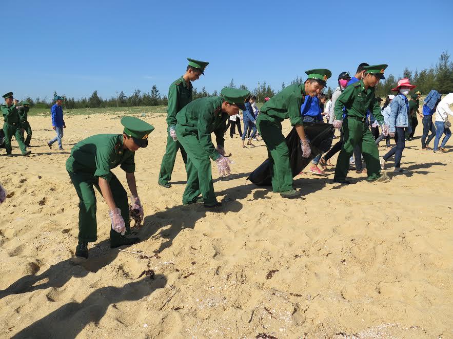 Cán bộ chiến sĩ, đoàn viên thanh niên ra quân làm sạch bãi biển tại xã Tam Quang. Ảnh: VINH ANH