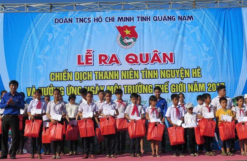 Trao 30 suất học bổng cho học sinh vượt khó của huyện Núi Thành. Ảnh: VINH ANH