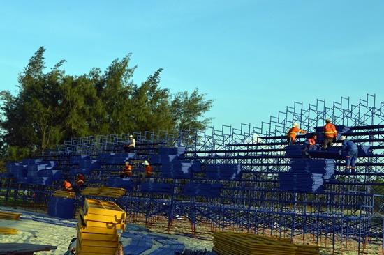 Các công nhân đang khẩn trương lắp đặt ghế ngồi sân khấu cho kịp lễ khai mạc Festival di sản tại Tam Thanh