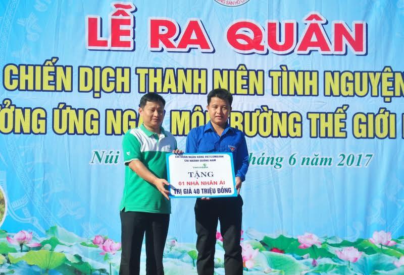 Chi đoàn Vietcombank Quảng Nam trao tặng biển tượng trưng hỗ trợ xây dựng nhà nhân ái.