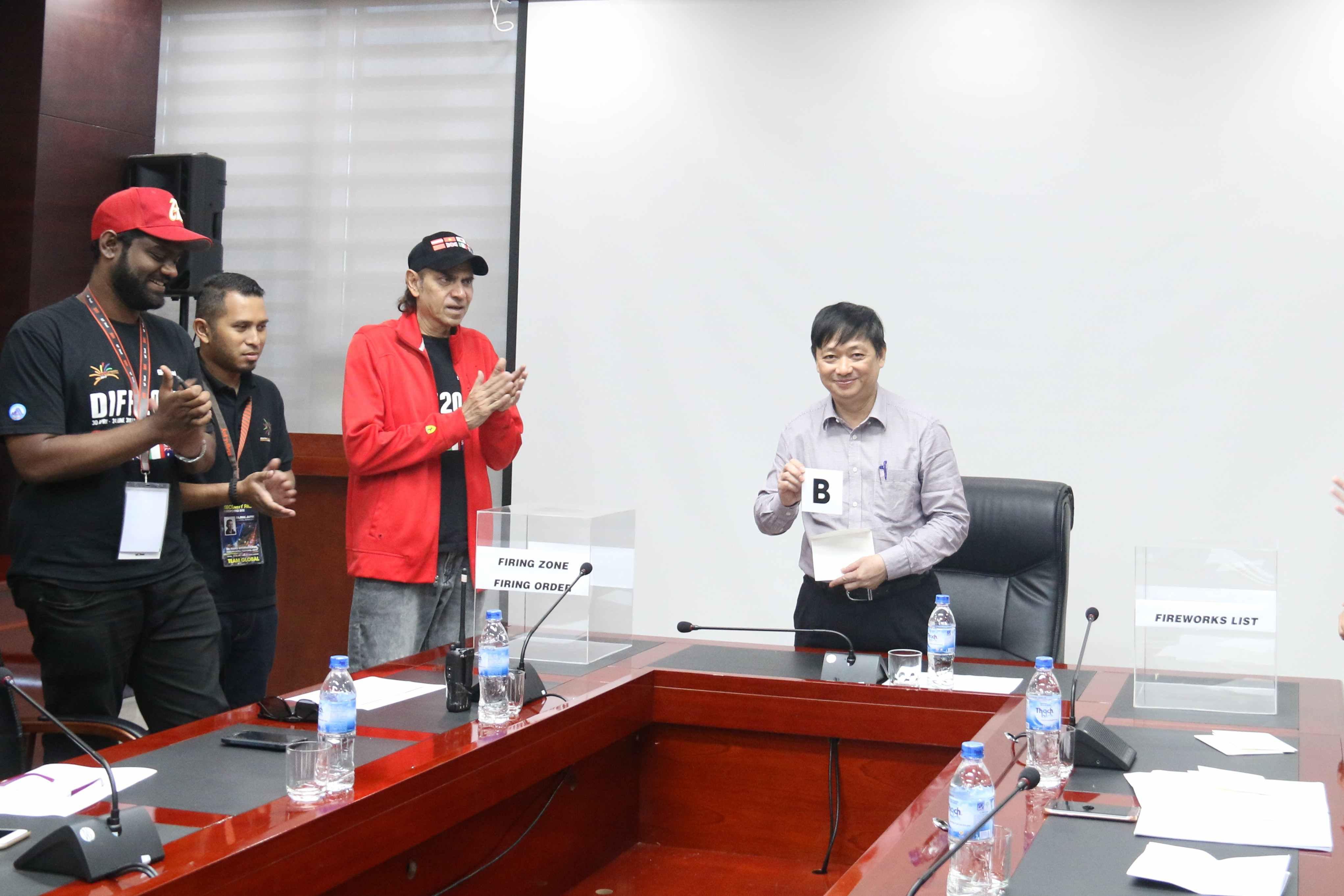 Ông Đặng Việt Dũng - Phó Chủ tịch UBND TP.Đà Nẵng trưởng ban tổ chức DIFF 2017 và các thành viên Global 2000 công bố các đội vào đêm chung kết. Ảnh: BTC cung cấp