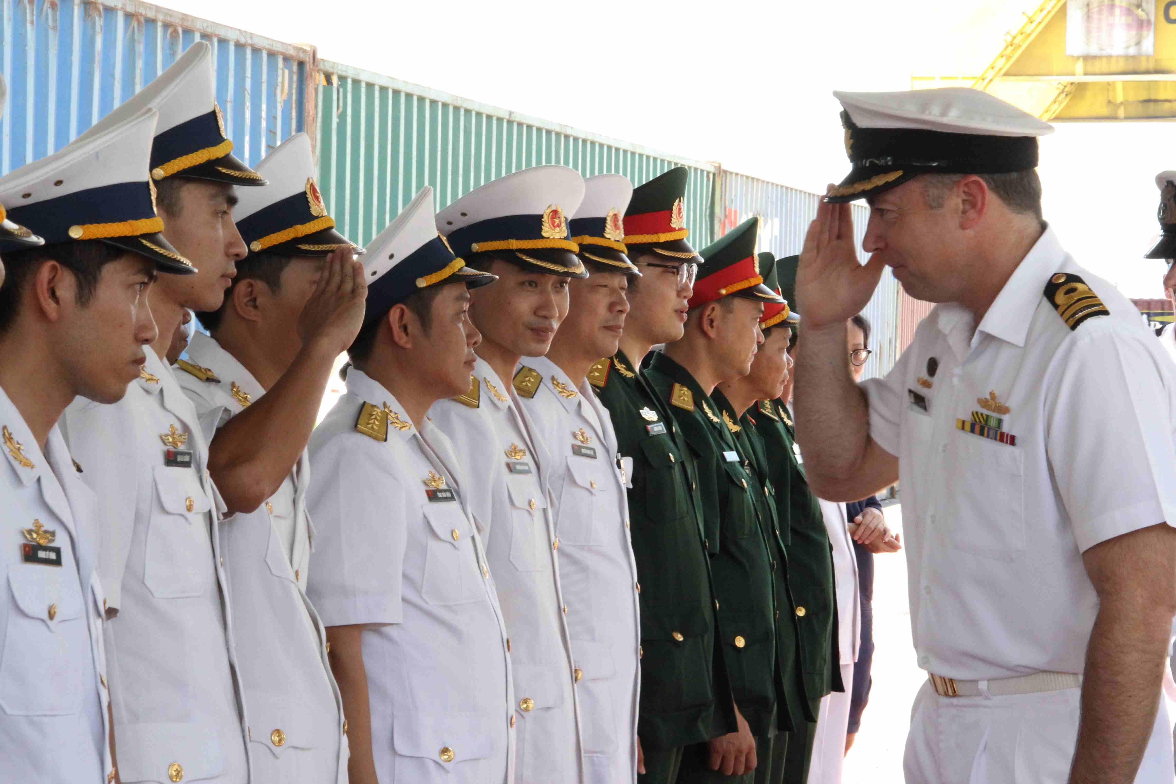 Thực hiện nghi thức đón tiếp thuyền trưởng tàu HMAS Ballarat. Ảnh: H.S