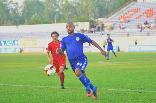 Claudecir (số 89) tỏa sáng giúp Quảng Nam đi tiếp vào vòng tứ kết cúp quốc gia. Ảnh: T.VY