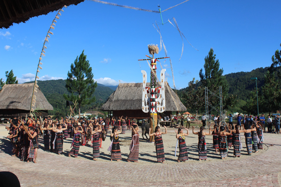 Đồng bào Cơ Tu trong trang phục truyền thống múa điệu tâng tung da dá quanh cây nêu đã được dựng.