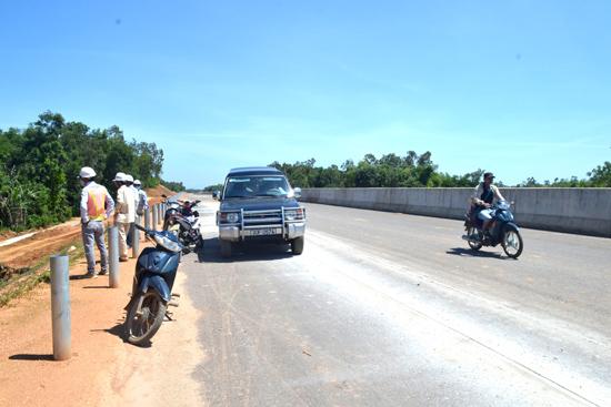 Dự án đường cao tốc Đà Nẵng - Quảng Ngãi đoạn qua xã Bình Quế (Thăng Bình) còn vướng về giải phóng mặt bằng. Ảnh: QUANG VIỆT