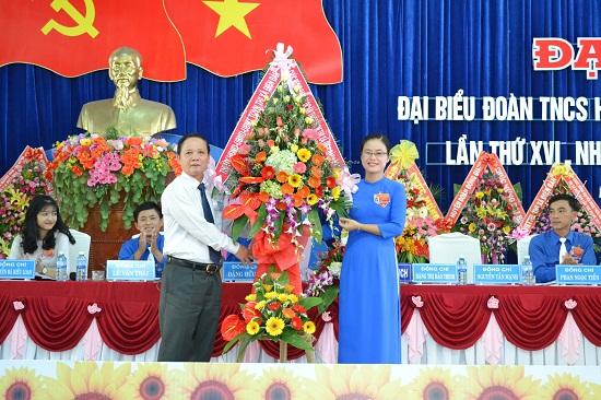Bí thư Thị ủy Điện Bàn - ông Lê Thân tặng hoa chúc mừng đại hội. Ảnh: HC