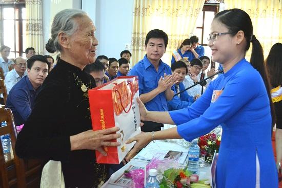 Bí thư Thị đoàn Đặng Thị Bảo Trinh tặng quà tri ân Bà mẹ Việt Nam anh hùng. Ảnh: HC