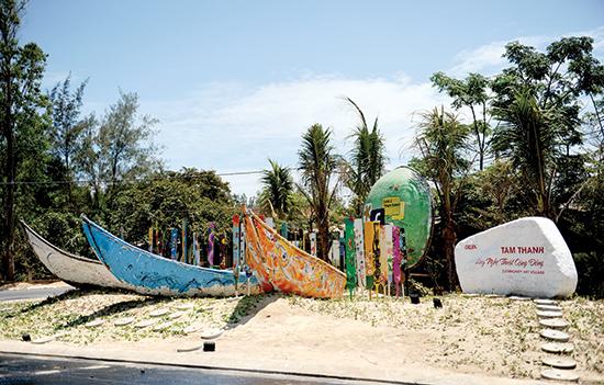 Việc sắp đặt con đường thuyền thúng tại Tam Thanh , TP. Tam Kỳ đã hoàn thành. Ảnh: MINH HẢI