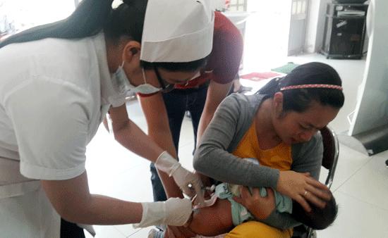 Tiêm vắc xin dịch vụ 5 trong 1 ở Trung tâm Y tế dự phòng tỉnh. ảnh: PHÚC VIỆT