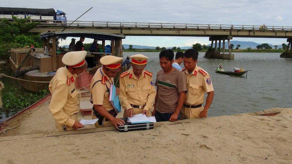 Cảnh sát giao thông đường thủy lập biên bản phương tiện vi  phạm khai thác cát trái phép.