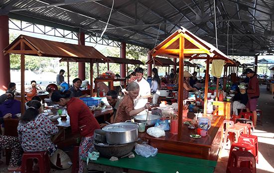 """Một góc khu ẩm thực xứ Tiên của sản phẩm du lịch """"chợ quê Tiên Phước""""."""