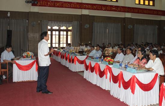 Ông Đoàn Văn Lên - Chủ tịch Liên minh HTX tỉnh phổ biến những chính sách, cơ chế dành cho các tổ hợp tác, HTX trên địa bàn Tiên Phước. Ảnh: D.L