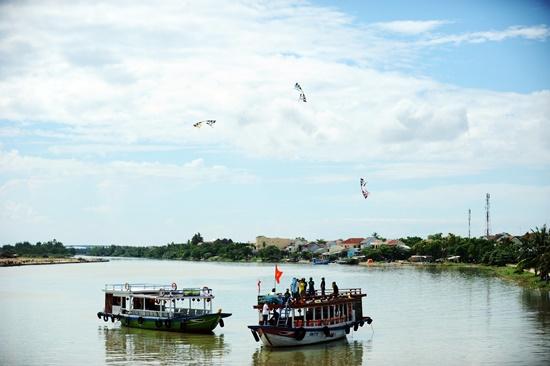Diều được trình diễn trên sông Hoài