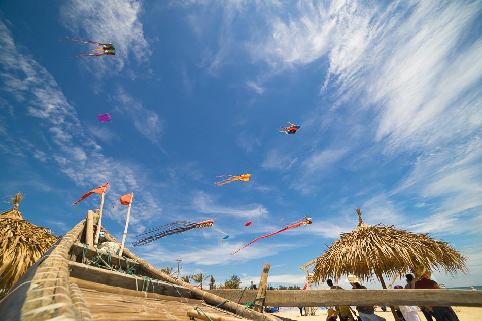 Những con diều đầy sắc màu tại bãi biển Tam Thanh sáng nay 8.6. Ảnh: HÀ NGUYỄN