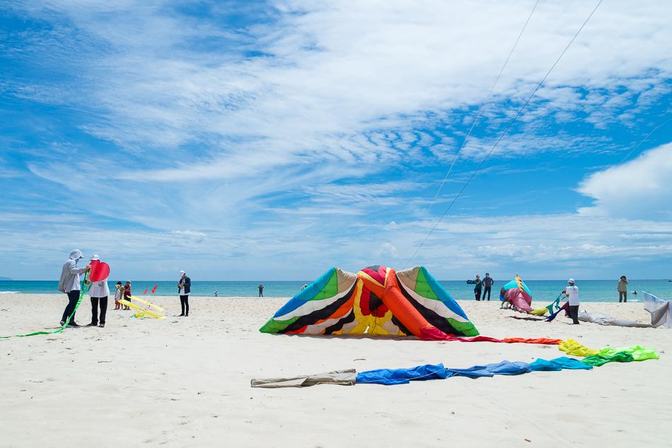 Những đội diều bắt đầu cuộc thi tại bãi biển Tam Thanh. Ảnh: HÀ NGUYỄN