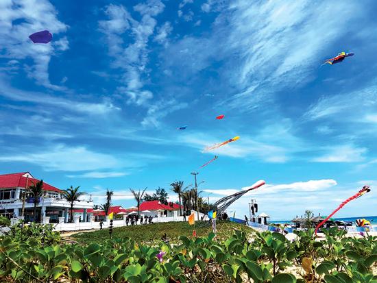 Những con diều sặc sỡ sắc màu bắt đầu xuất hiện ở bãi biển Tam Thanh từ sáng qua, ngày 8.6. Ảnh: MINH HẢI