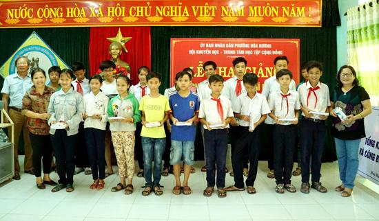 Các em học sinh được Hội Khuyến học tặng học phẩm để học phụ đạo hè. Ảnh: N.Đ.N