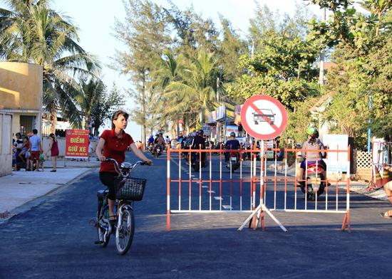 Lập rào chắn ngay cửa ngõ dẫn vào Quảng trường biển Tam Thanh.