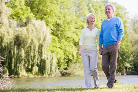 Đi bộ dưới ánh nắng mặt trời với thời gian phù hợp giúp cải thiện tâm trạng