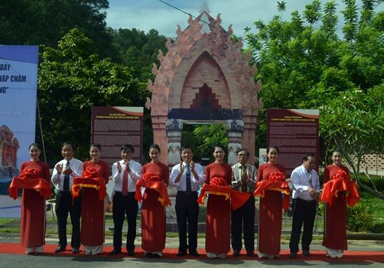 Cắt băng khai trương Triển lãm chuỗi văn hóa tháp Chăm miền Trung