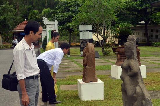 khoảng 8 hiện vật và 30 pano về các đền tháp Chăm miền Trung đã được trưng bày dịp này