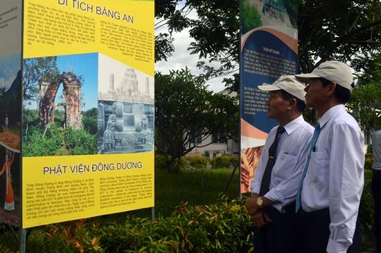 Phó Chủ tịch UBND tỉnh Trần Đình Tùng tham quan không gian trưng bày các di tích tháp Chăm