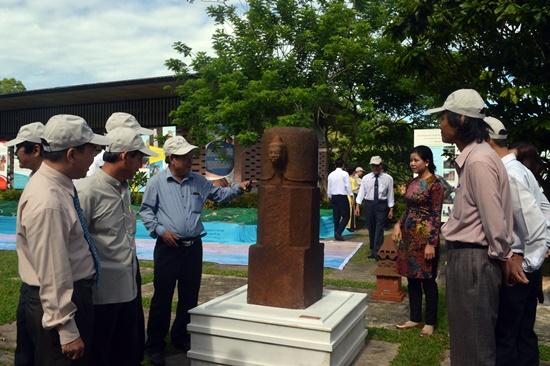 Phiên bản bảo vật quốc gia Mukhalinga Mỹ Sơn cũng được trưng bày giới thiệu tại triển lãm