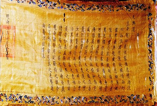 Một trong hai tờ sắc vua Minh Mạng ban cho gia đình Thoại Ngọc Hầu.