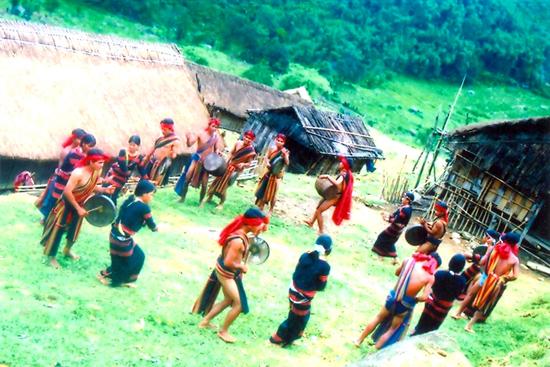 Điệu múa chiêu của đồng bào Xê Đăng làng Măng Lùng xã Trà Linh, huyện Nam Trà My.Ảnh: N.V.S