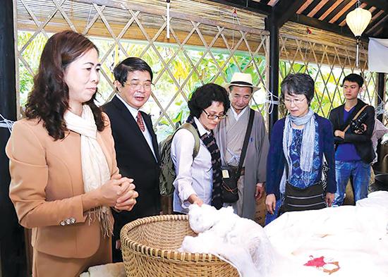 Quảng bá với thế giới về tơ lụa Việt là mong muốn của mỗi kỳ lễ hội.