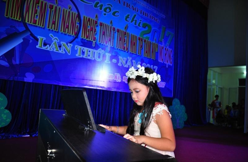 Em Thái Trần Thủy Trúc dành giải tài năng xuất sắc nhất của cuộc thi. Ảnh: VINH ANH