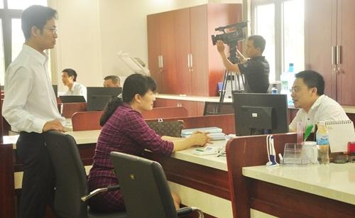 Bà Lê Thị Thanh Thủy và thành viên đoàn công tác tìm hiểu quá trình nhận, giải quyết các TTHC và trả kết quả tại Quầy số 8 - Ban Quản lý Khu kinh tế mở Chu Lai. N.Đ