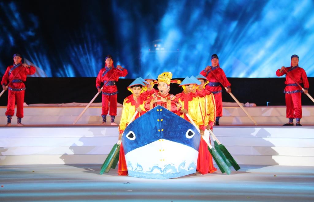 Hát bả trạo được đưa vào sân khấu, kết hợp với ánh sáng huyền ảo như một dấu ấn độc đáo của văn hóa xứ Quảng. Ảnh: T.C