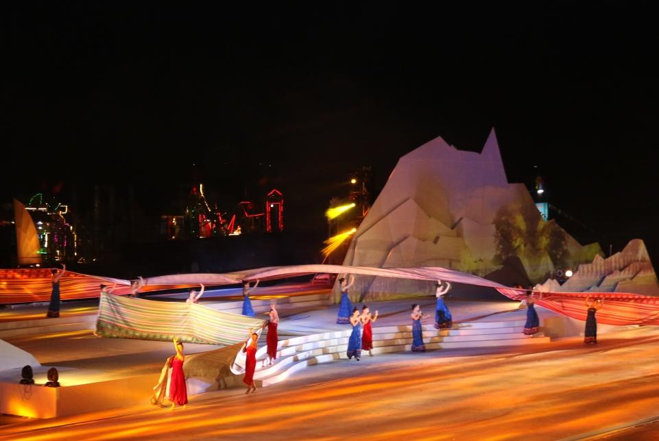 Sự xuất hiện của hai dải lụa thổ cẩm lớn trên sân khấu gây hiệu ứng mạnh. Cùng với phần trình diễn mang đậm bản sắc văn hóa các dân tộc miền núi được sân khấu hóa, đây là một trong những tiết mục được nhiều khán giả thích thú. Ảnh: T.C