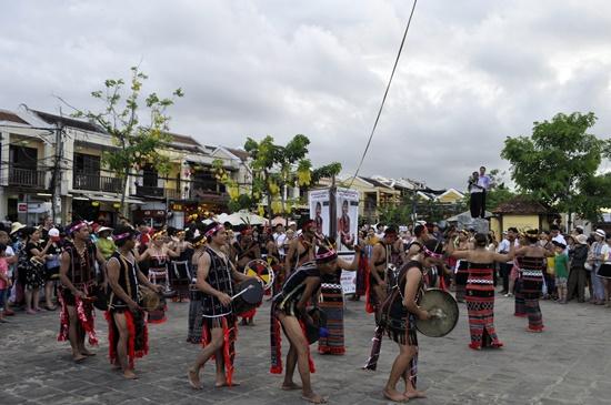 Đoàn trình diễn các điệu vũ tân tung da dái Vườn tượng An Hội
