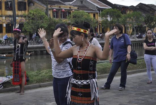 Lễ hội thu hút sự tham gia hưởng ứng của nhiều du khách