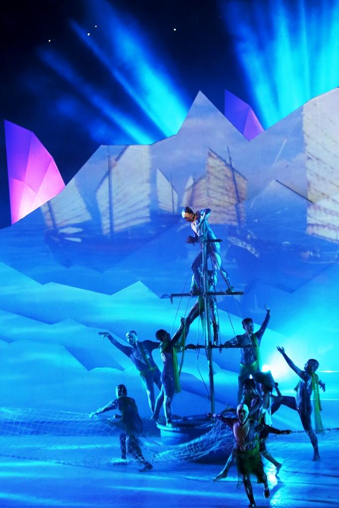 Bằng cách kết hợp âm nhạc, vũ đạo, ánh sáng và trình chiếu 3D Mapping tương tác, chương trình nghệ thuật tạo được cảm xúc mạnh mẽ cho người xem. Ảnh: T.C