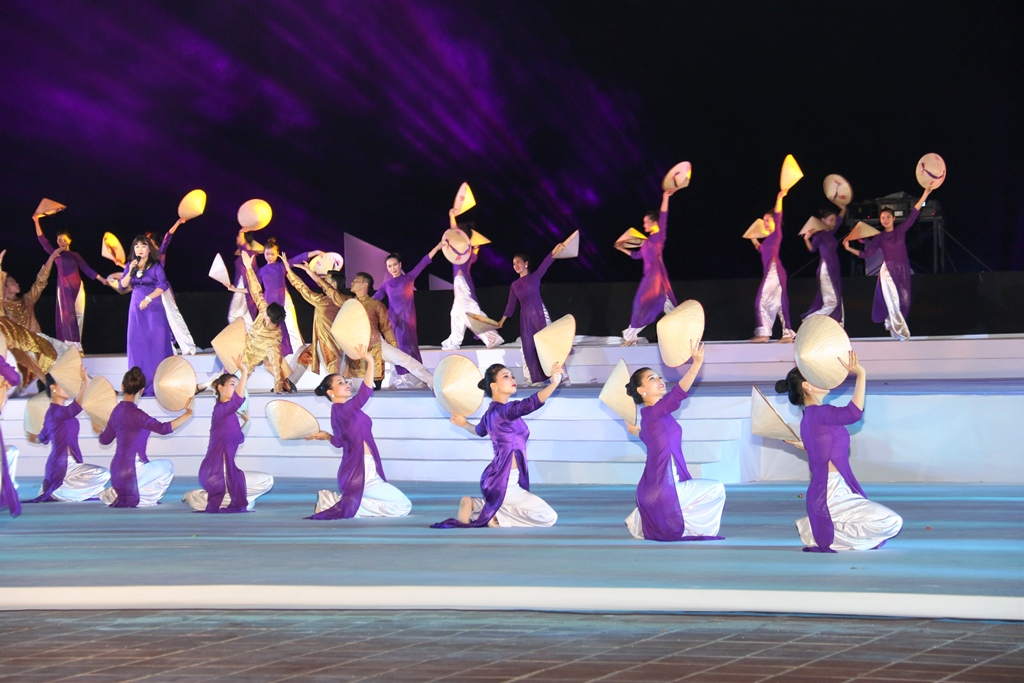 Sự góp mặt của tiết mục múa về xứ Huế - một trong những tiết mục khắc họa văn hóa các vùng, miền trong nước tham dự Festival.