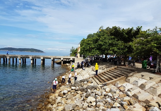 Participants in the event of cleaning Cham Islands