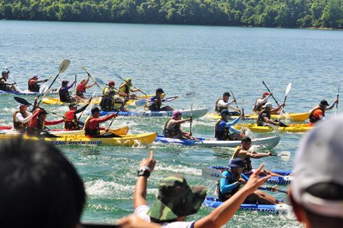Hồ Phú Ninh dậy sóng bởi các cuộc so tài sôi nổi của giải đua thuyền Kayak. Ảnh: T.VY
