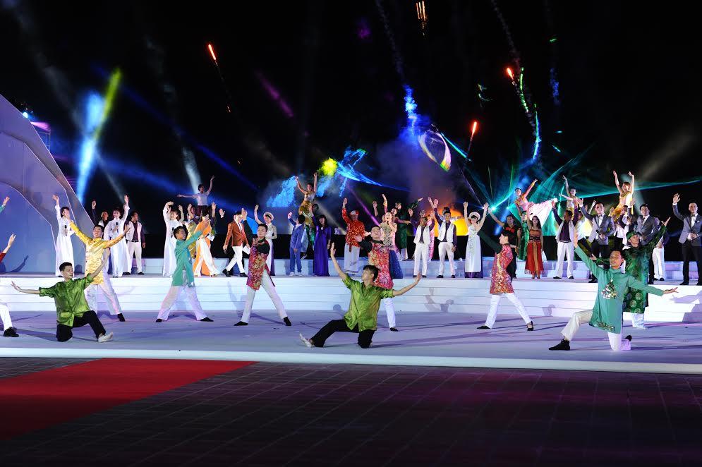Hiệu ứng đèn sân khấu nổi bật trong tiết mục kết nối di sản các quốc gia. Ảnh: T.C