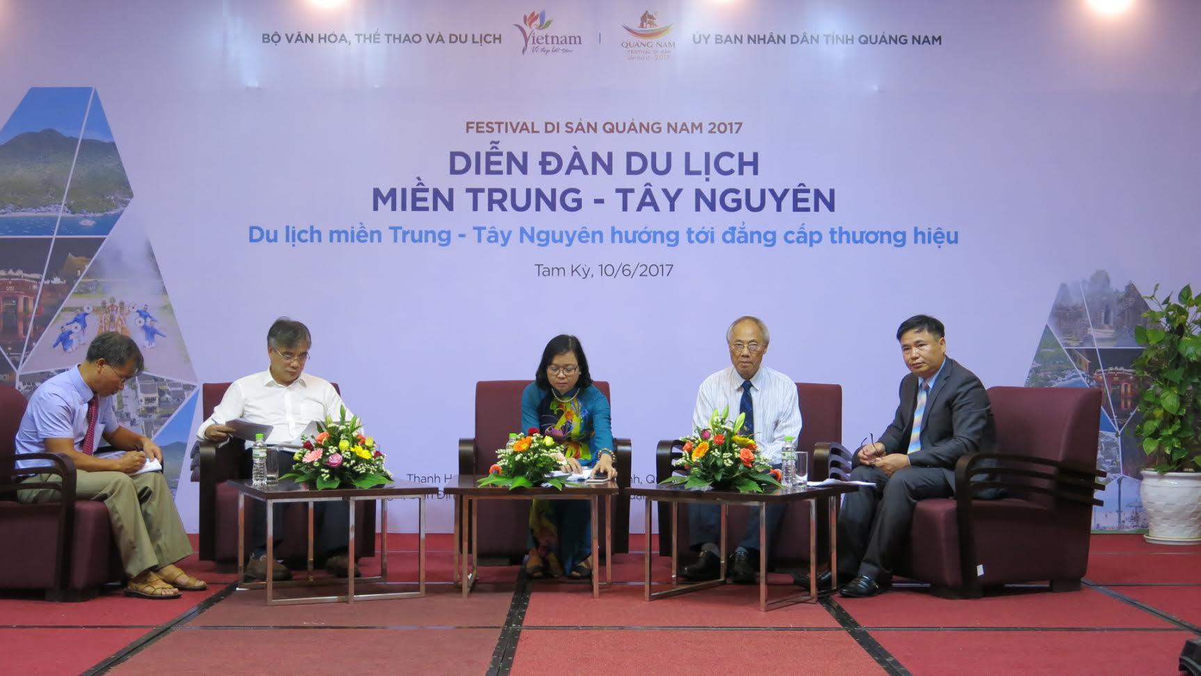 2.Viện trưởng Viện Kinh tế Việt Nam Trần Đình Thiên, lãnh đạo Tổng cục du lịch, Hiệp hội du lịch Việt Nam cùng các chuyên gia điều hành phiên thảo luận