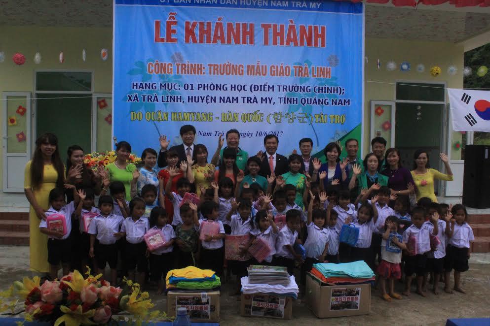 Đoàn công tác của quận Hamyang tại buổi lễ khánh thành, bàn giao trường mẫu giáo Trà Linh.