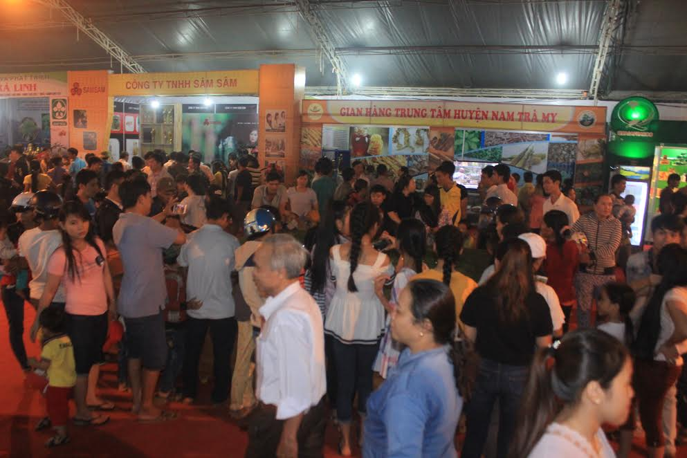 Crowded atmosphere of the fair.