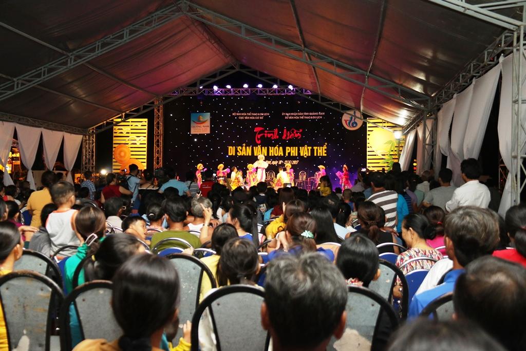 Liên hoan thu hút sự quan tâm đặc biệt của du khách và đông đảo người dân trong vùng. Ảnh: T,C